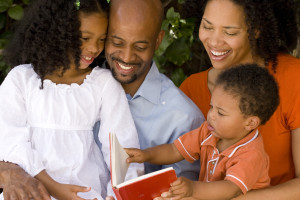 How to help your children enjoy reading. Happy family reading.